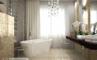 Роскошный, просторный дизайн ванной комнаты с окном