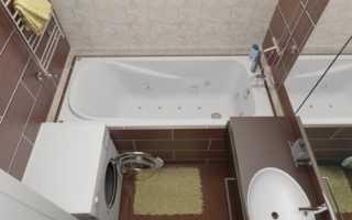 Небольшая ванная в терракотовом цвете