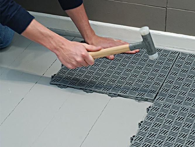 Укладка резиновой плитки в помещении