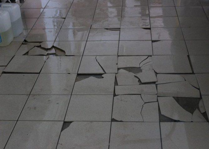 Керамическая плитка легко разбивается