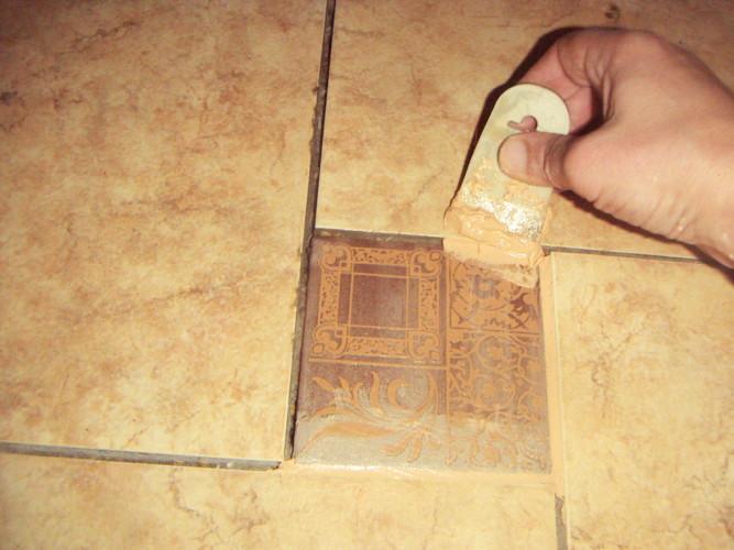 Нанесение затирки резиновым шпателем