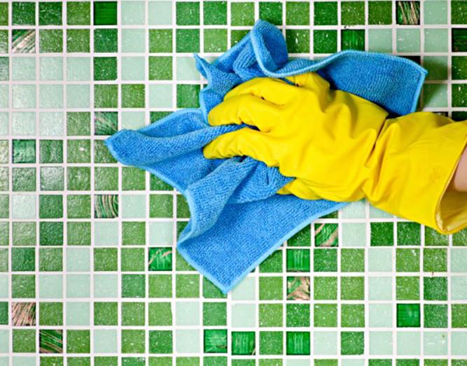 Уборка пыли с плитки сухой тряпкой