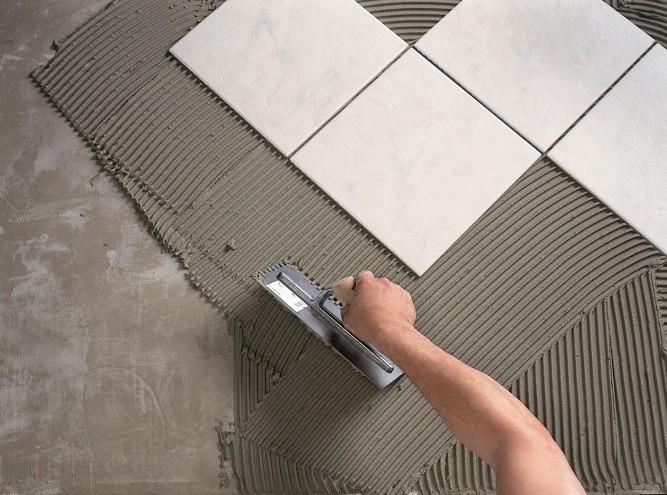 Для надежной фиксации плитки подойдет покупной клей