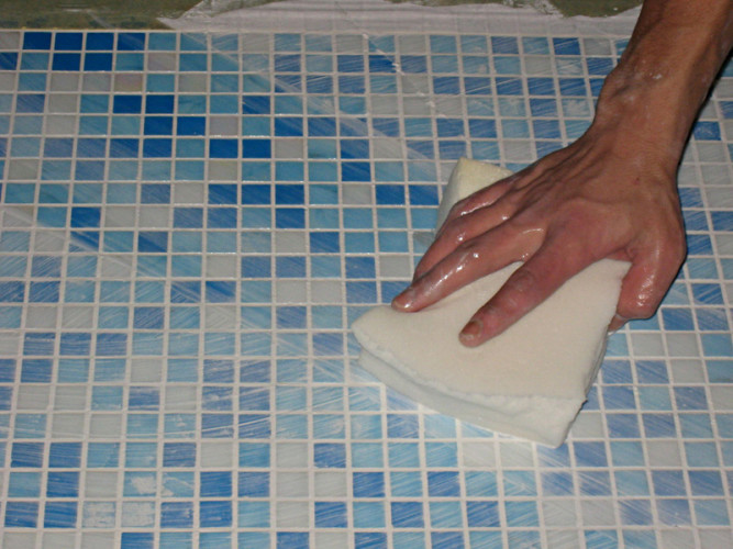 От затирки плитка отмывается простой водой