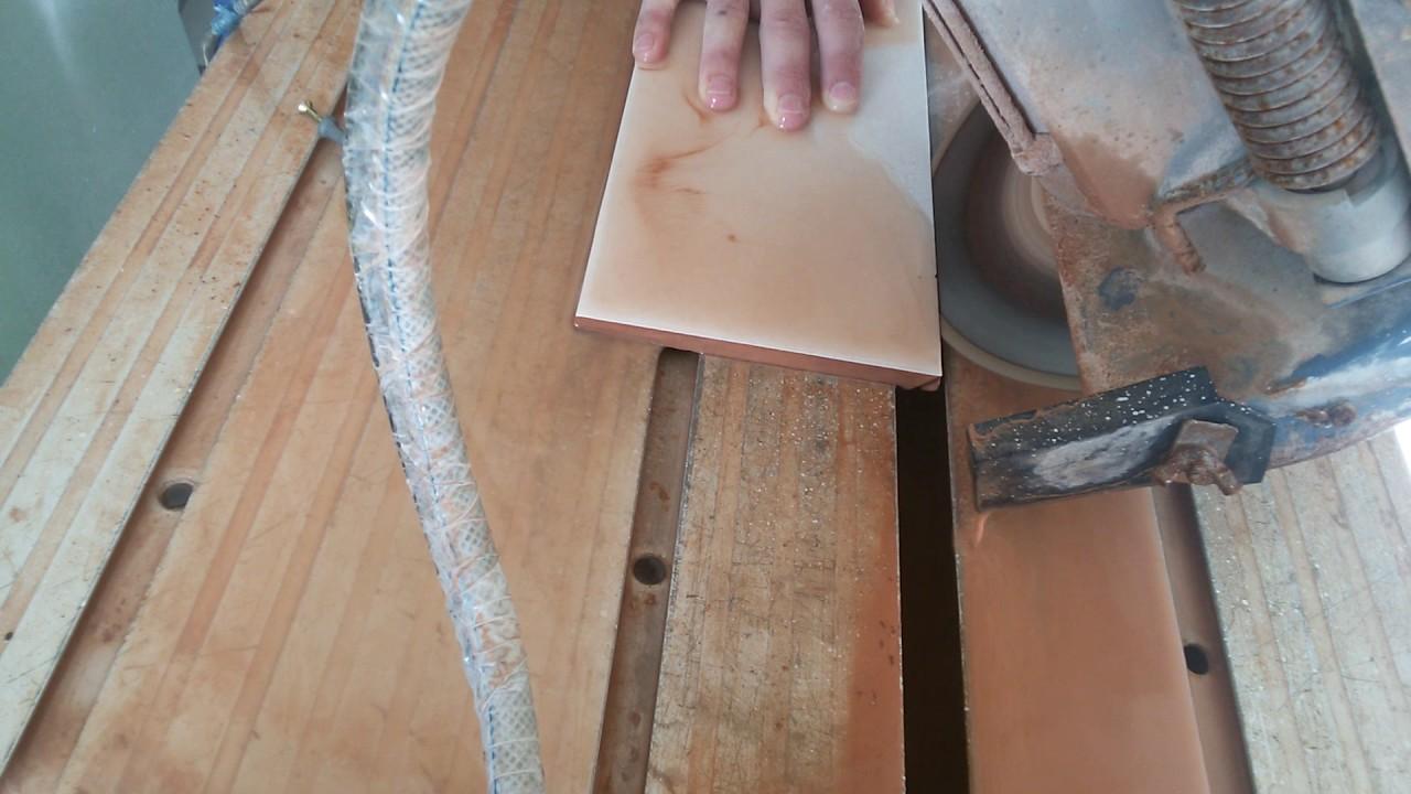 С плитки срезается только изнаночная сторона