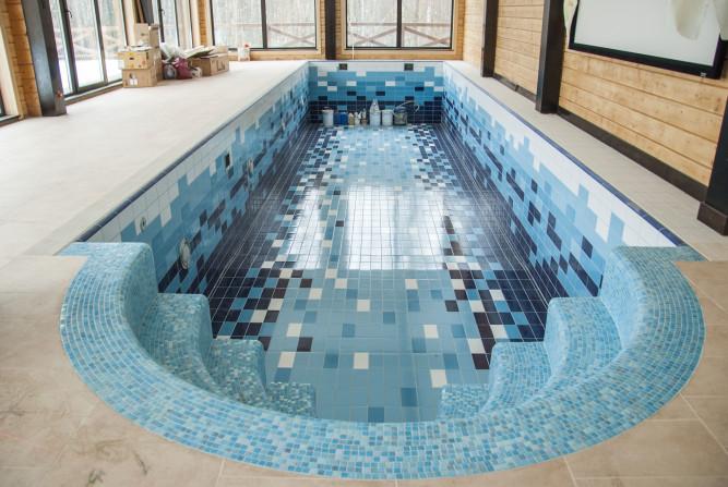 Бассейн отделанный плиткой и мозаикой