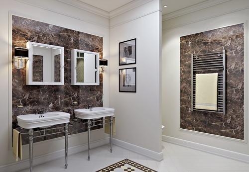 Белая классическая ванная со вставками из коричневого мрамора