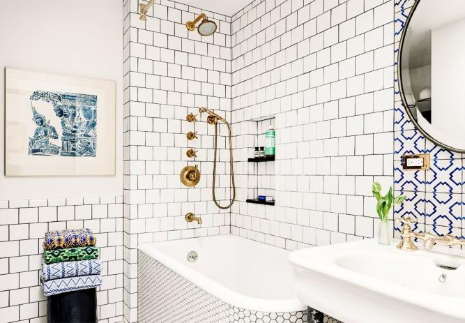 Белая плитка с черной затиркой в интерьере ванной комнаты