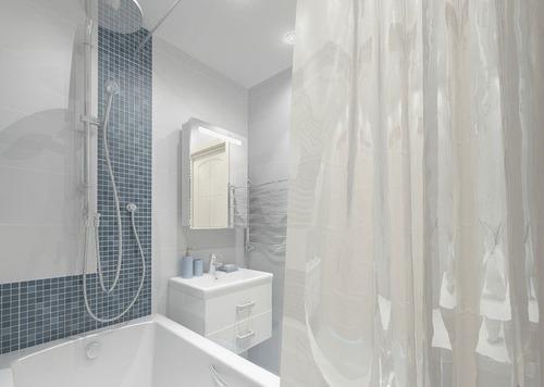 Белая ванная с элементами темно-синей майолики