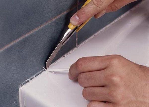 Удаление старого герметика из швов канцерярским ножом