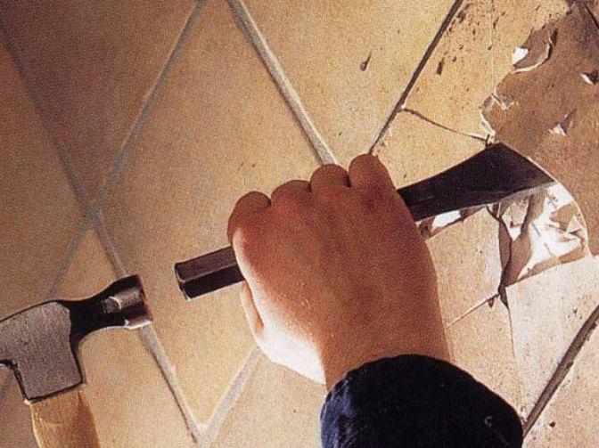демонтаж кафеля в ванной комнате
