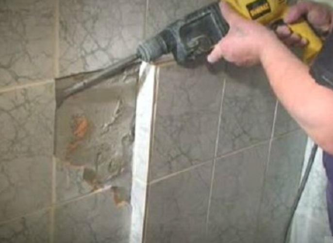 демонтаж старой плитки в ванной