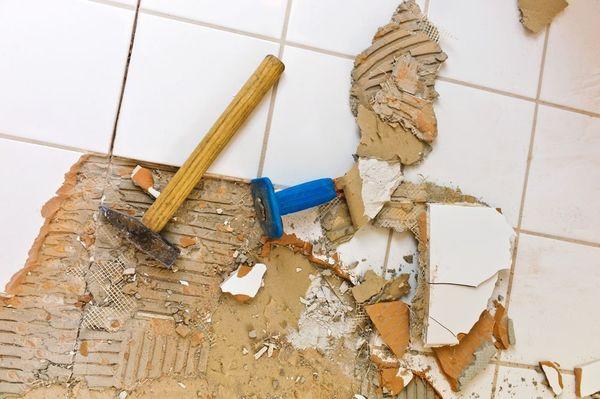 Демонтаж напольной плитки шпателем