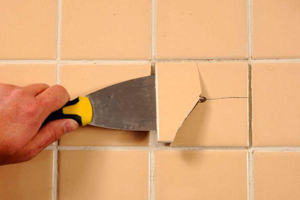 Снимать плитку нужно аккуратно, чтобы не повредить соседние элементы
