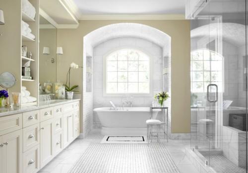 Дизайн ванной комнаты с большим окном и ванной в нише