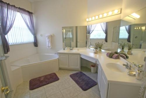 Окна - это свет и вентиляция для ванной