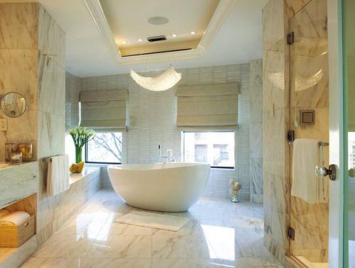 Римские шторы в дизайне ванной с окном