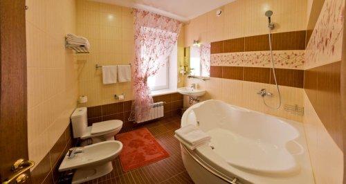 Легкие шторы в ванной с рисунком как у кафеля