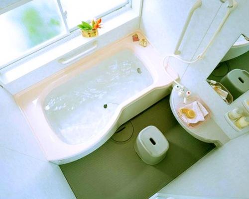 Дизайн маленькой ванной с окном
