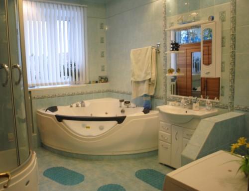 Вертикальные жалюзи на окне в ванной