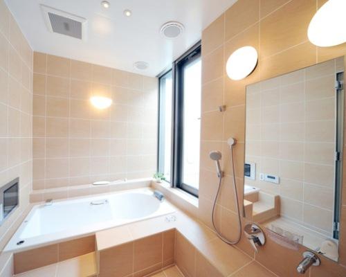 светильники в маленькой ванной комнате фото