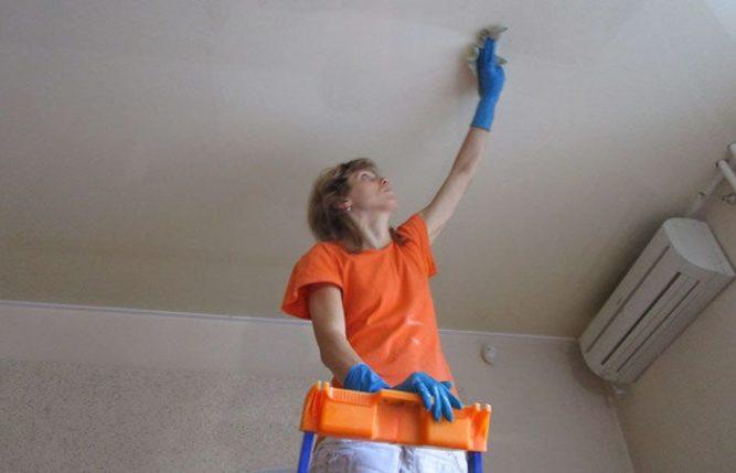 Протереть потолок моющим средством