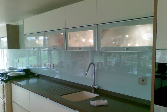 Кухонный фартук должен быть прочным и гигиеничным
