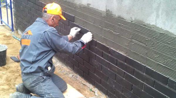Укладка бетонной фасадной плитки мокрым способом
