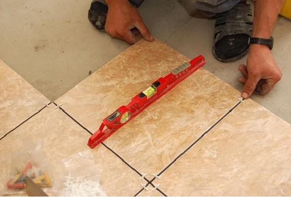 Проверка кладки с помощью водяного уровня