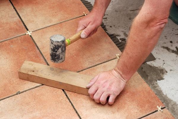 Выравнивание плитки с помощью резиновой киянки