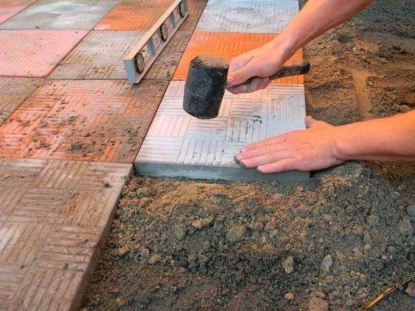 Первое, что нужно сделать перед укладкой плитки на улице, так это определиться с уклоном