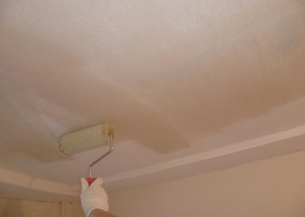 Грунтование старой облицовки потолка