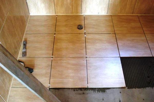 Керамическая плитка легко моется и идеально подходит для кухни