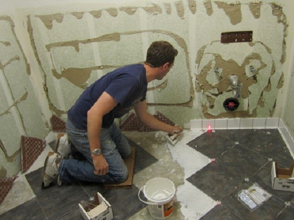 Поверхности помещения туалета специально подготавливаются под плитку
