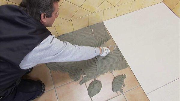 Перед укладкой плитки, старая поверхность должна быть тщательно очищена от жира, пыли и других загрязнений
