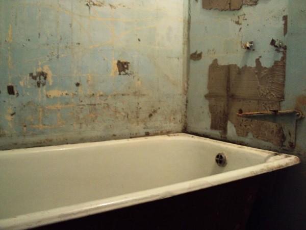 Стены не готовые к укладке плитки - необходима предварительная обработка поверхности