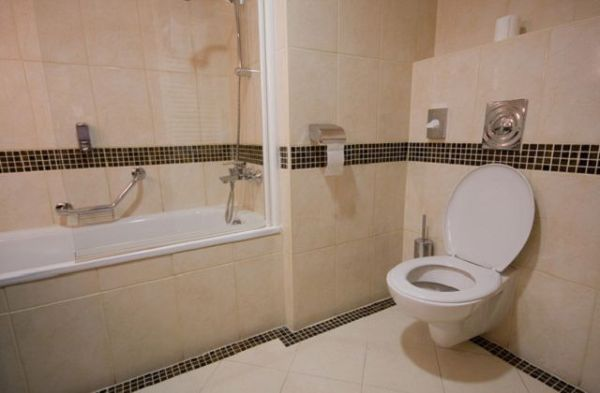 Осложняется подсчет керамической плитки для стен, украшением стены дополнительными декоративными вставками