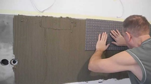Процесс укладки керамической плитки