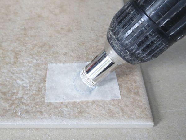 Сверление отверстия специальным сверлом для керамики и стекла