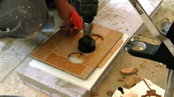 Сверление отверстия с применением коронки производится путем ее вращения