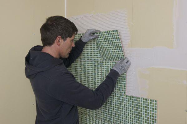 При отделке плиткой очень важно, чтобы облицовываемая поверхность была ровной