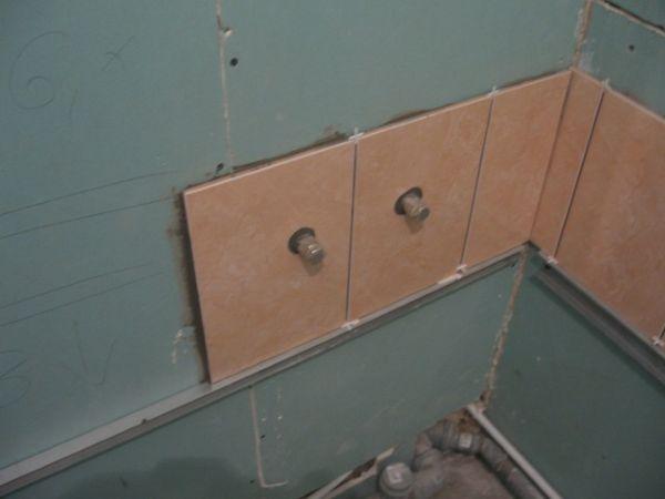 Укладку кафеля производят после выравнивания стен