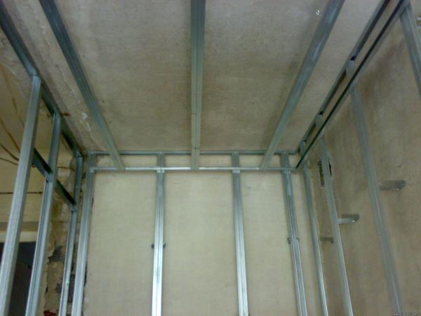 Монтаж конструкции для выравнивания поверхностей в ванной