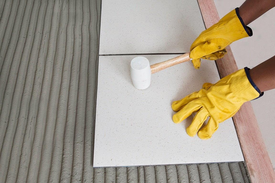 Положение плитки корректируется резиновой киянкой