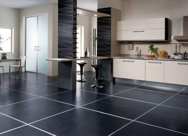Черная плитка на полу в кухне будет смотреться стильно и ярко