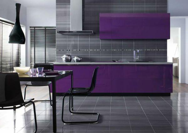 Глянцевая серая плитка в интерьере кухни