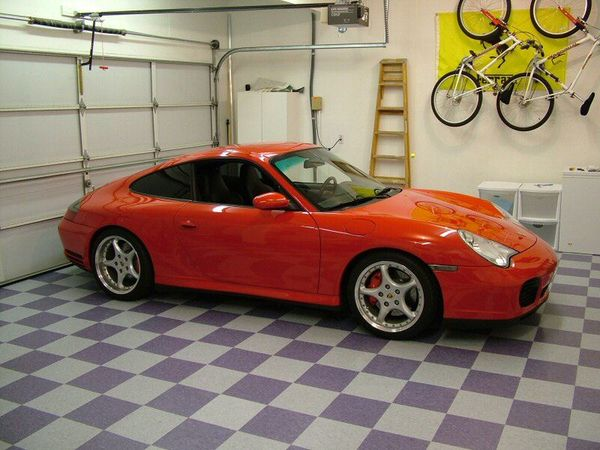 красная машина в гараже