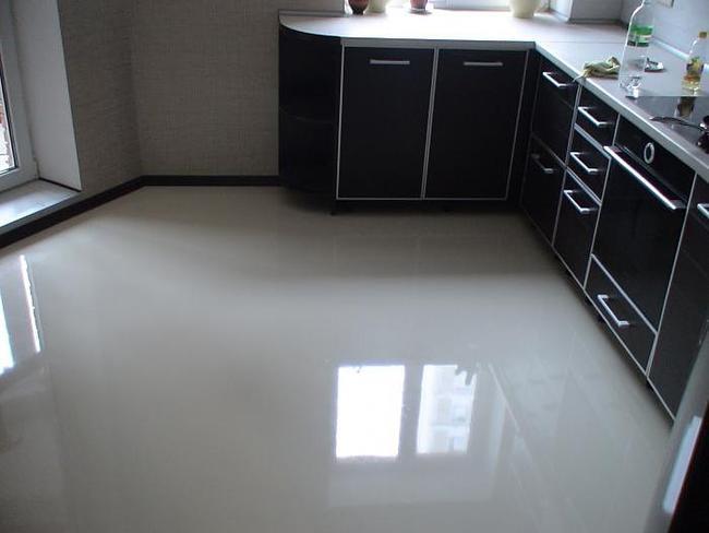 Однотонный наливной пол на кухне