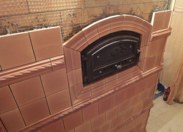 Камин отделанный керамической плиткой является прекрасным украшением дома