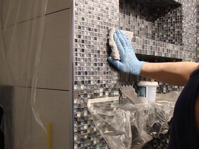 Отмываем плитку от клея